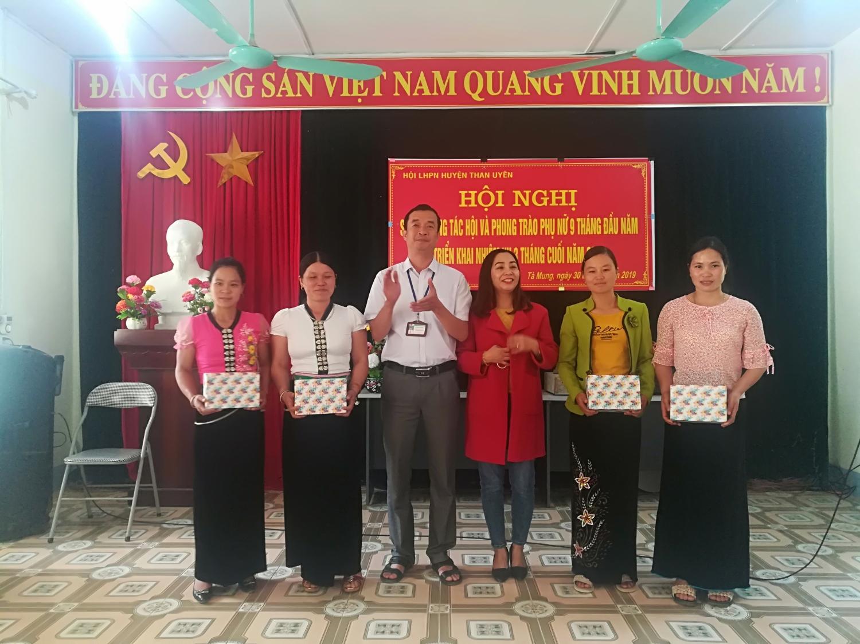 Lãnh đạo Hội phụ nữ huyện Than Uyên và Đảng ủy xã tà Mung tặng quà cho chi hội trưởng phụ nữ có thành tích xuất sắc trong thực hiện nhiệm vụ công tác hội và phong trào phụ nữ
