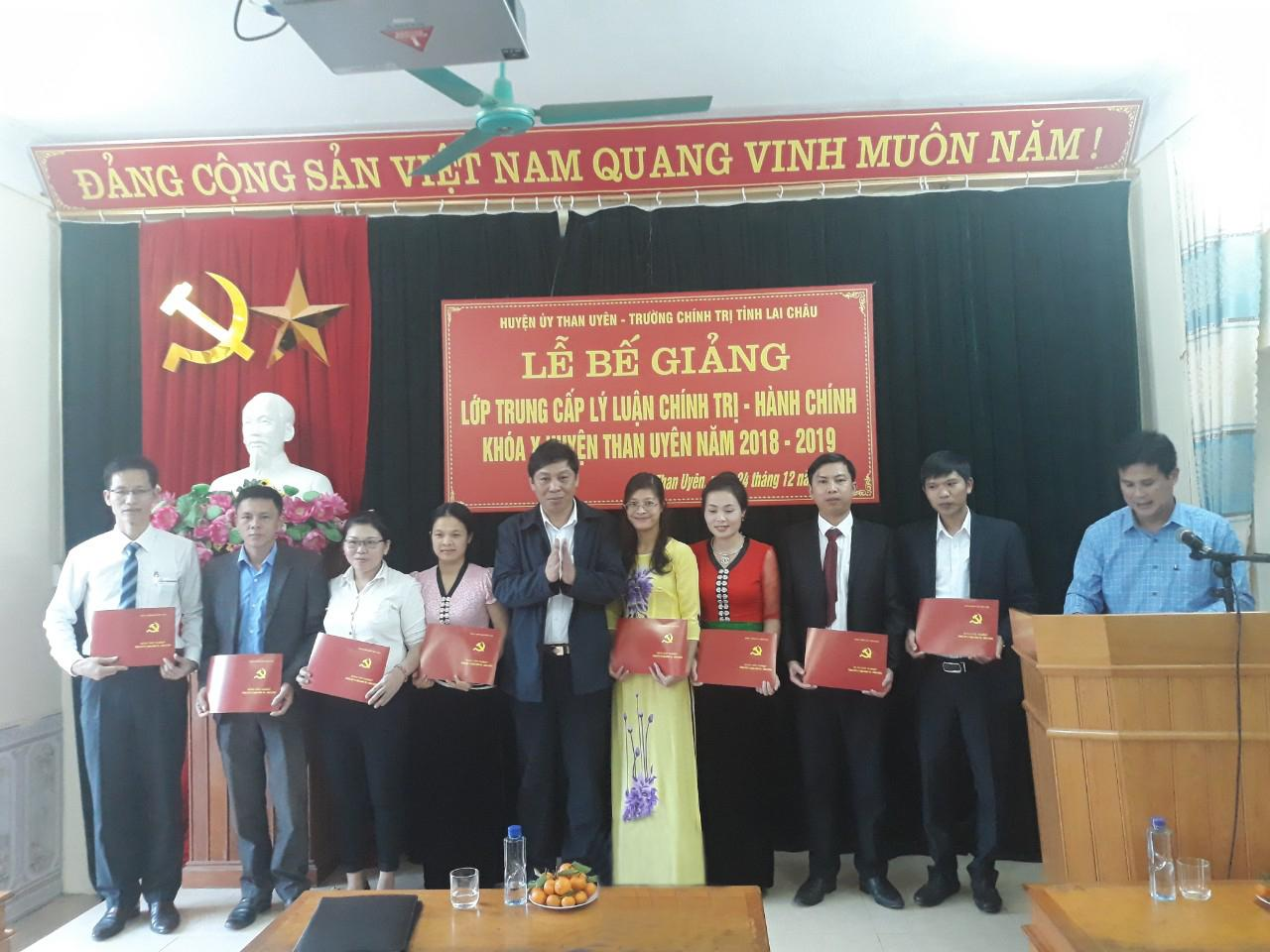 Đồng chí Hoàng Hữu An   Bí thư Huyện ủy trao bằng tốt nghiệp cho học viên